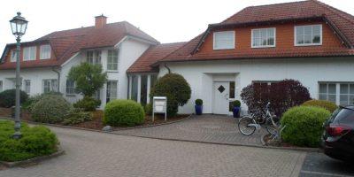 Links Wohnhaus Rechts Wohn und Geschaeftshaus